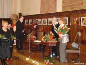 Pani Krystyna odbiera medal